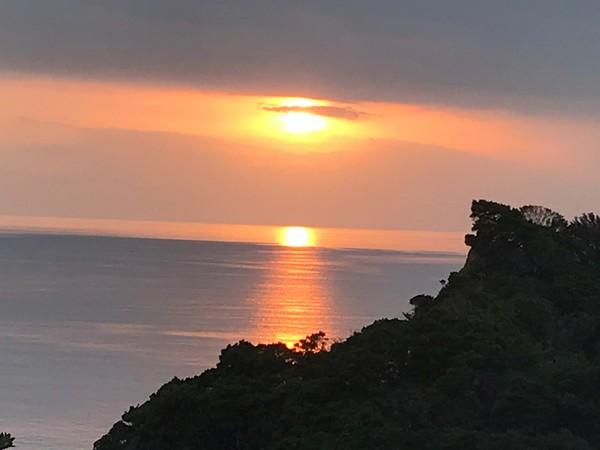 太陽が2つに見える夕日